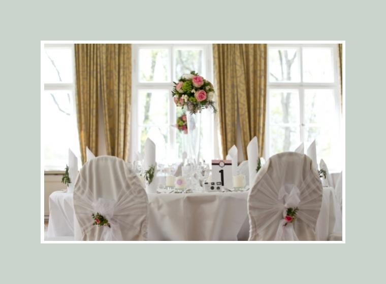Blumendeko für Tische und Stühle