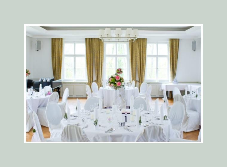 Elegante Tischdeko in purem Weiß