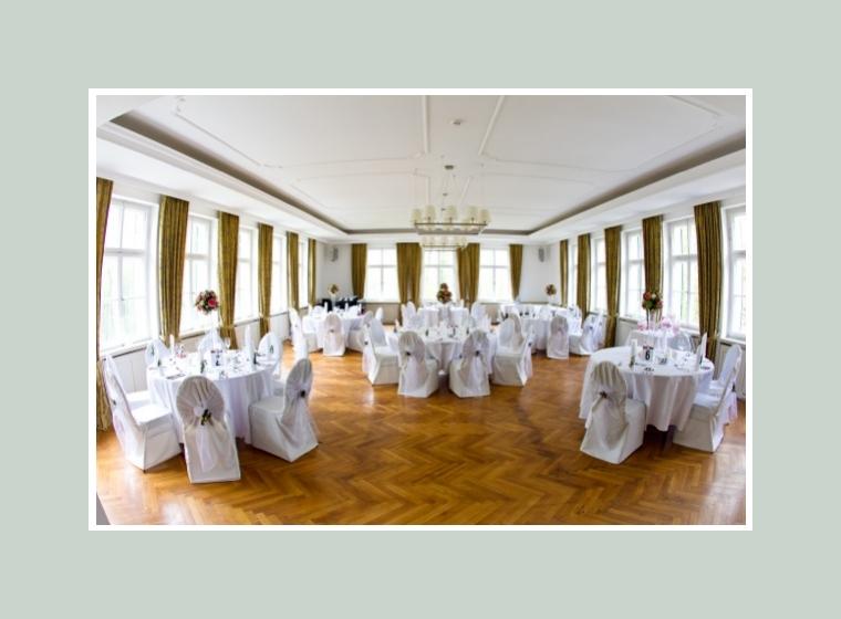 Hochzeitslokation mit runden Tischen