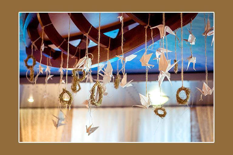 Strohneste und Papiervögel Deckendeko