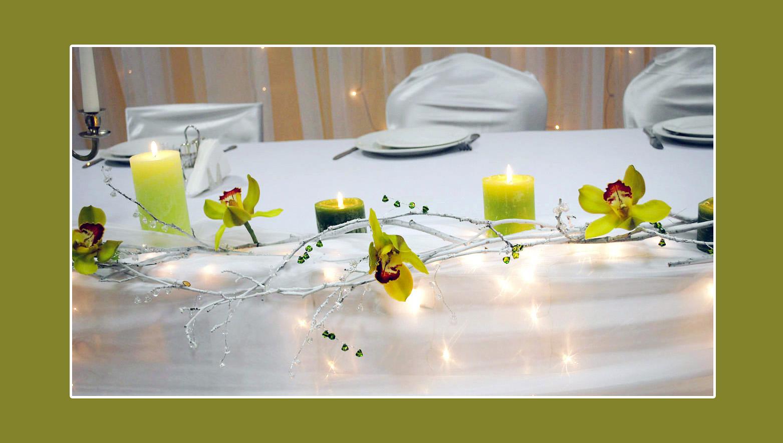 Tischdeko mit Blumen und Kerzen in Gelb-Grün