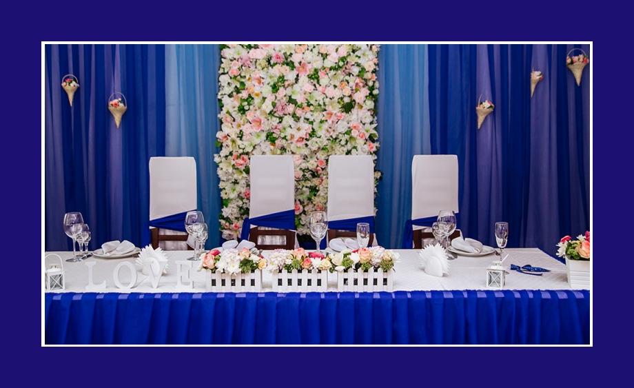 Blaue Tischdeko mit Blumen