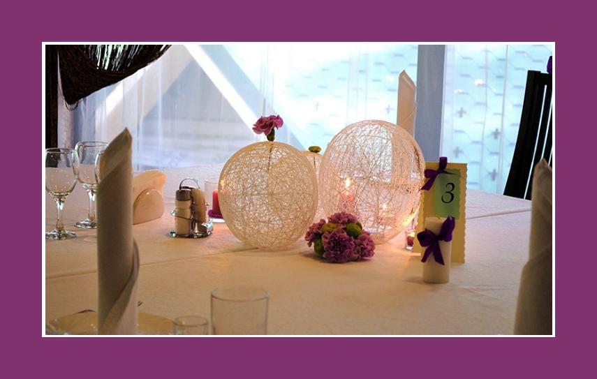Tischdeko runde Tische Servietten als Kerzen falten
