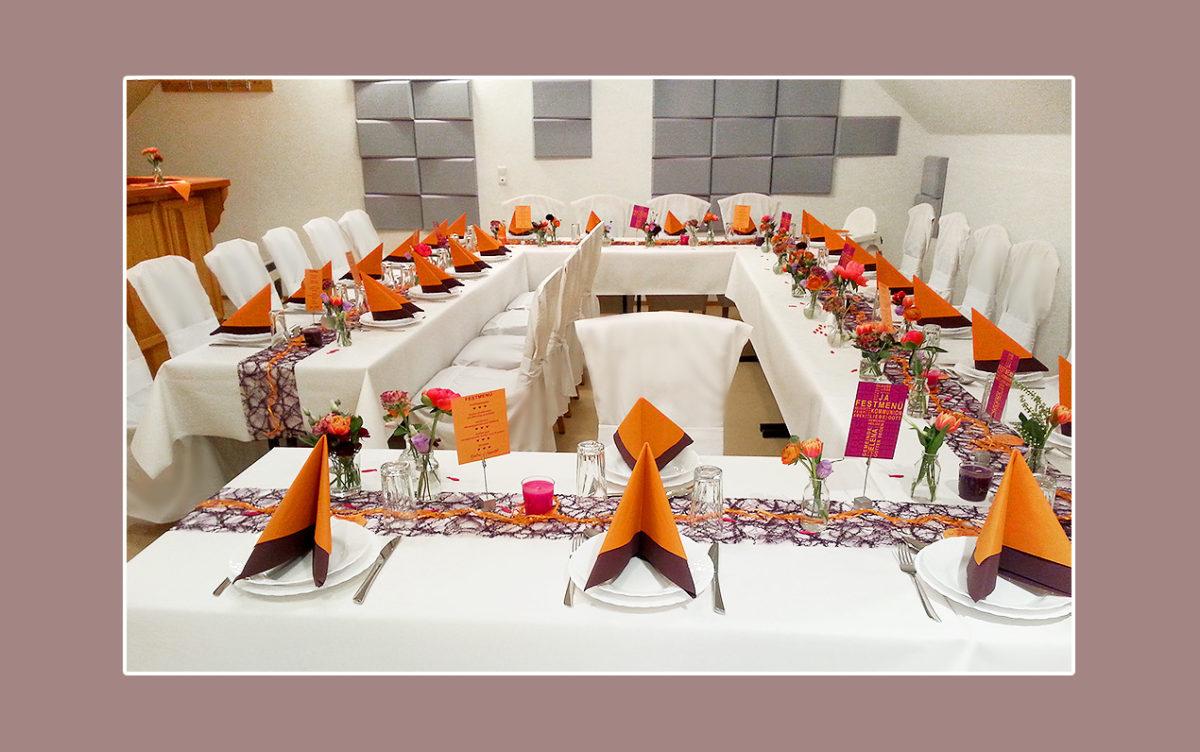 Orange-Lila Tischdeko zur Hochzeit mit zartem Blumenschmuck