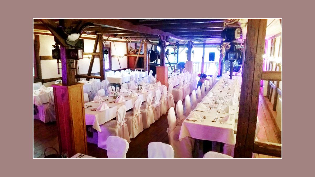 Klassische Tischdeko mit schicken Servietten zur rustikalen Hochzeit