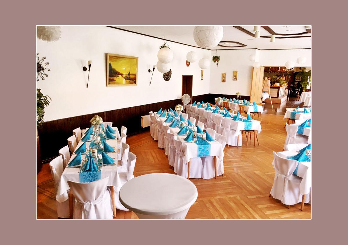 Tischdeko in Weiß und Türkisblau zur Hochzeit