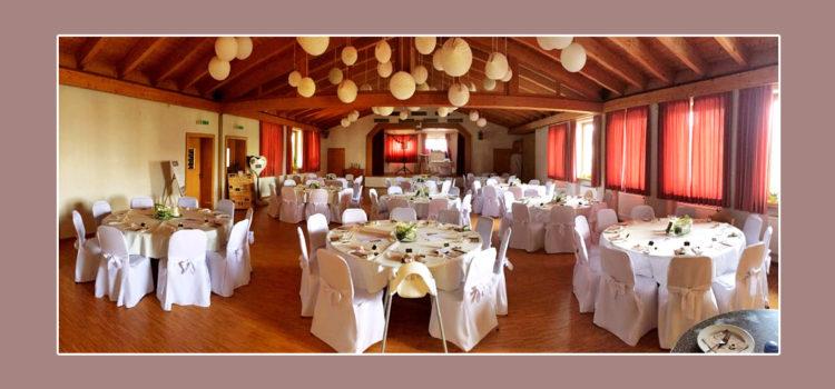 Elfenbeinweiße Tischdeko auf runden Tischen zur Hochzeit
